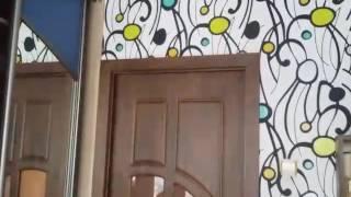 видео Светлые Двери в Интерьере Квартиры Серые Межкомнатные Модели из Дуба с Темными Наличниками в Доме в Сочетании с Белым Полом
