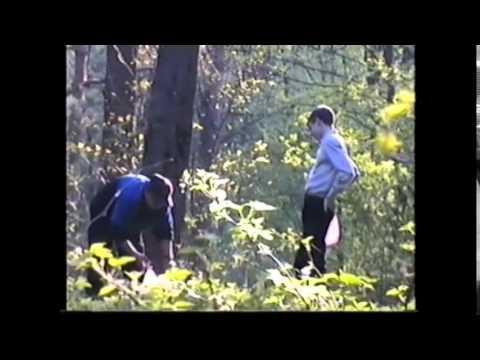Парень мастурбирует в лесу