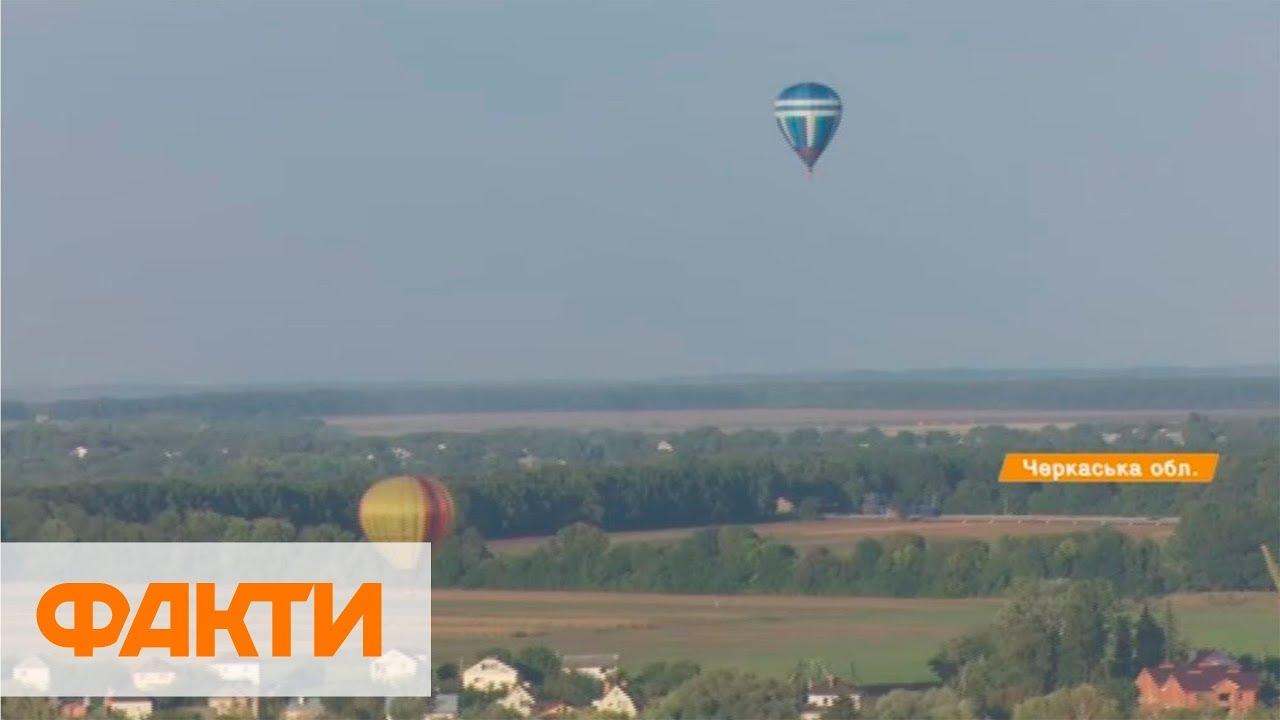 В Киеве в небо запустили воздушные шары в форме Герба Украины .