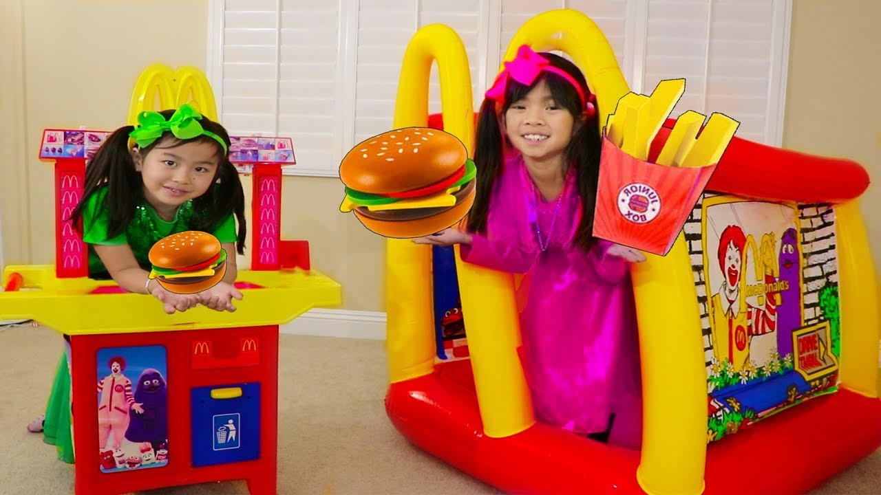 Emma & Jannie Pretend Play w McDonalds Hamburger Restaurant Food Toys