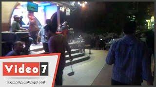 """بالفيديو..صاحب مقهى بفيصل يفصل الكهرباء عن حملة إشغالات:""""محلى وأنا حر فيه"""""""