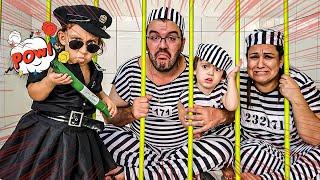 Maria Clara finge brincar de ser policial e prende o papai, a mamãe e o Rafael  MC Divertida
