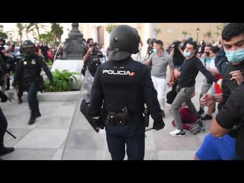 Multitudinaria protesta contra la visita de Santiago Abascal