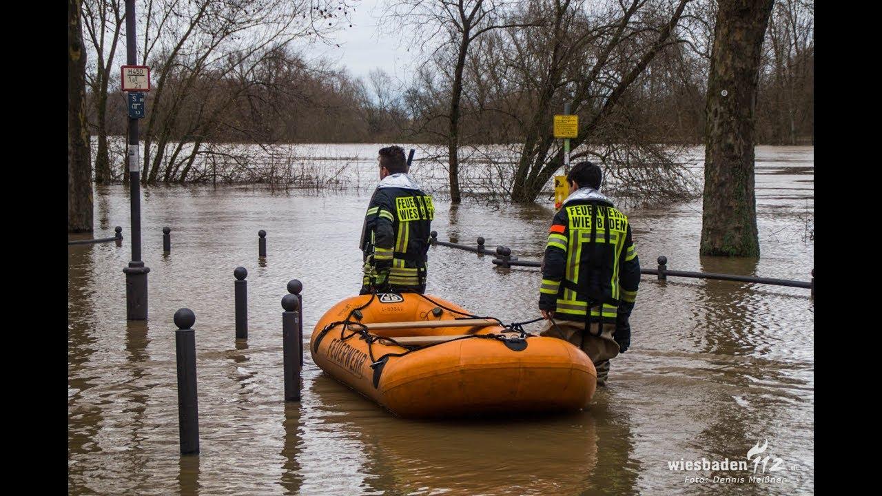 Hochwassereinsatz: Feuerwehr bewahrt teures Auto vor Wasserschaden