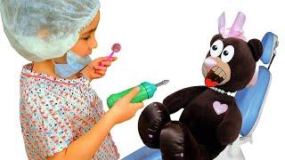Алиса играет в профессию как доктор