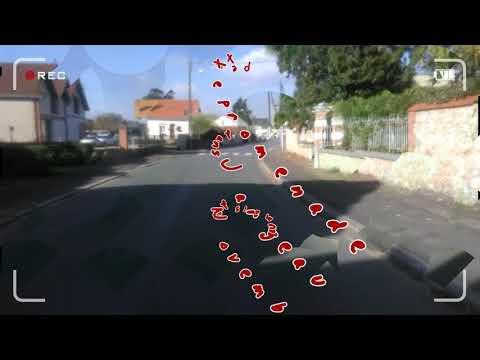 Une rue .... Un accident .... Un camion livreur de bois ... France, Jargeau (Loiret).