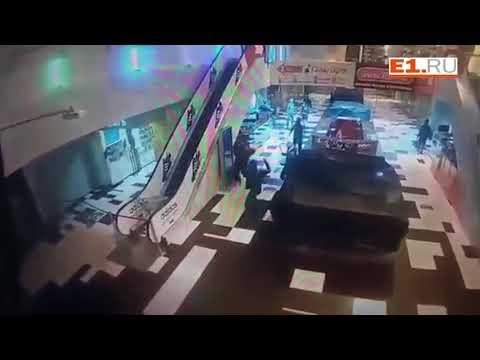 13 налётчиков с битами ограбили два магазина в торговом центре
