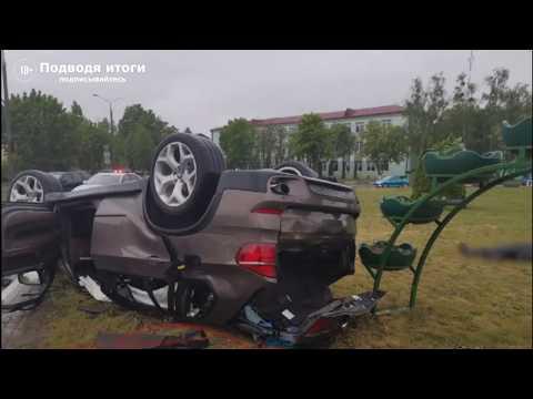 30.05.2020г - Видео с места аварии в Солигорске.  На кольцевом движении перевернулся BMW X5