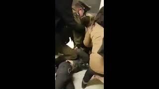 Registran violenta pelea entre escolares y carabineros en el Metro de Santiago