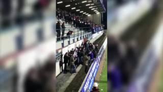 На стадионе в Голландии трое полицейских в штатском обратили в бегство толпу фанатов.