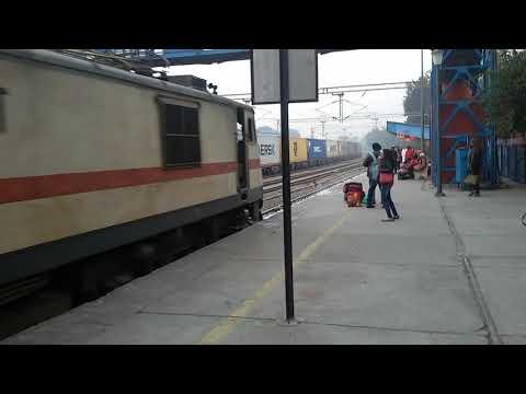 22706 Jammu Tawi To Tirupati Humsafar Express arrving at Delhi Safdarjung