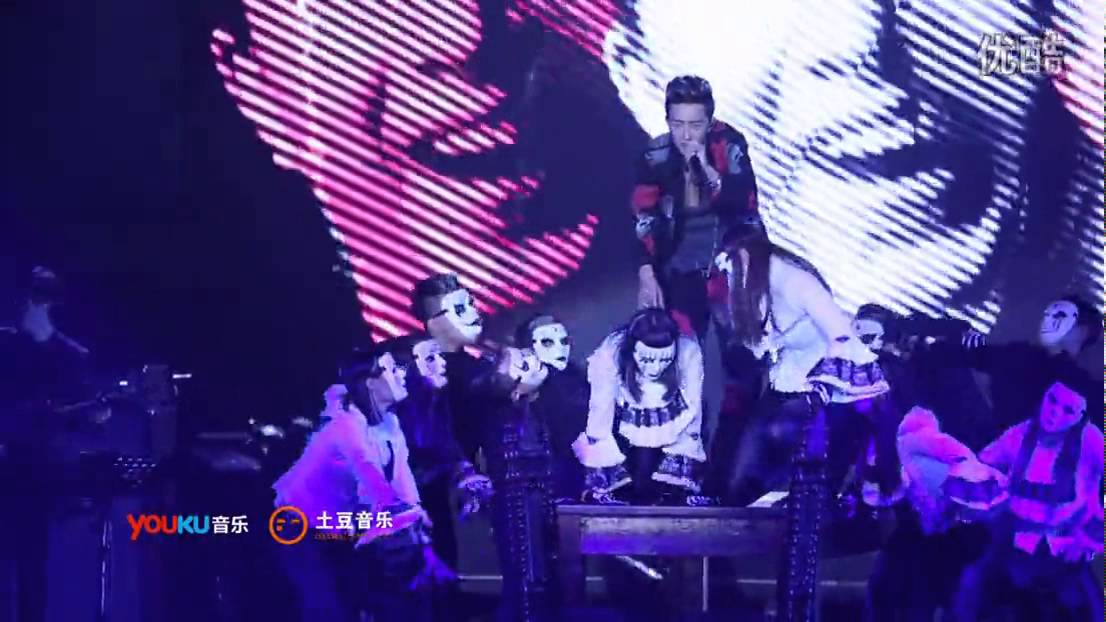 韩庚小丑面具歌词_151106 韩庚十周年演唱会 片段九《小丑面具》 - YouTube