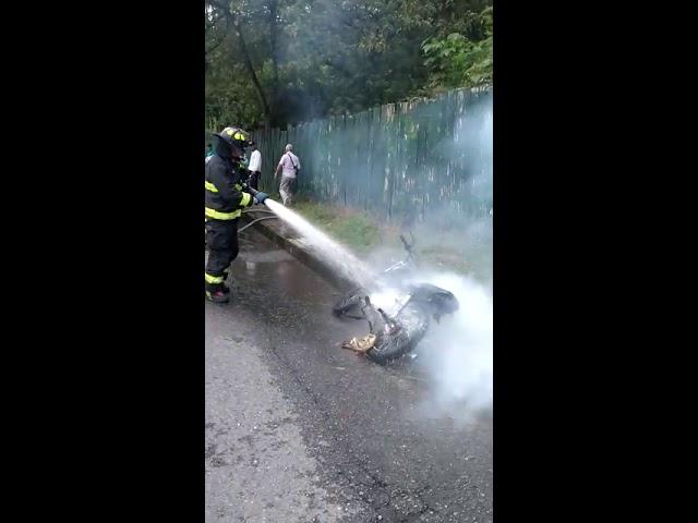 Motorraton en Armenia quema su moto para evitar que sea inmovilizada