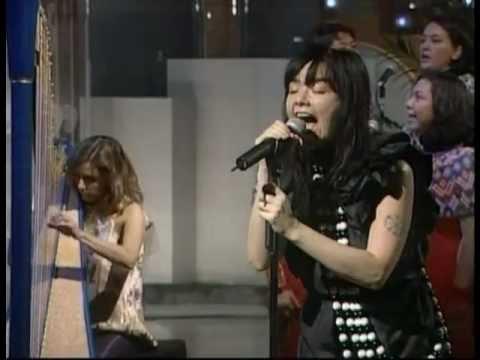 Björk - Pagan Poetry and Generous Palmstroke live on Japanese TV (2002)