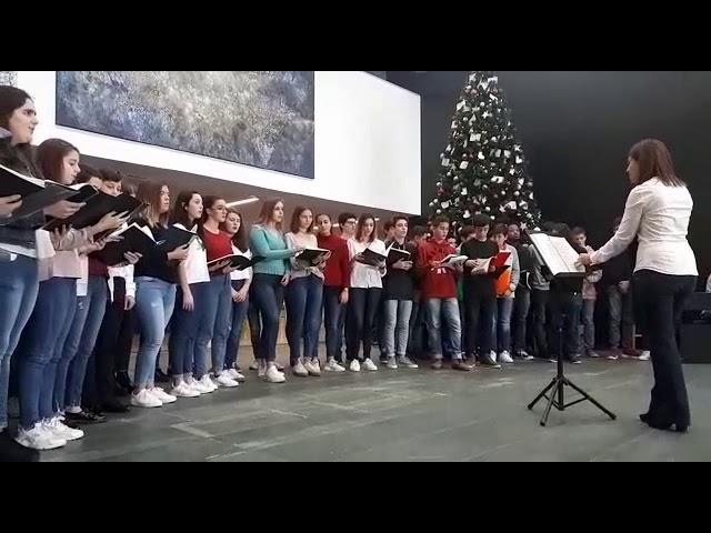 El coro del Conservatorio de Lugo inaugura la decoración navideña del Hula