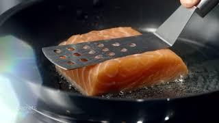 Le Chef Philippe Etchebest nous dévoile son secret de cuisson du saumon à l'unilatéral