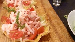 Салат с креветками в корзиночках из твердого сорта сыра