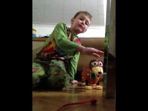 luiz antônio mostra um review do slinky o cachorro do toy story