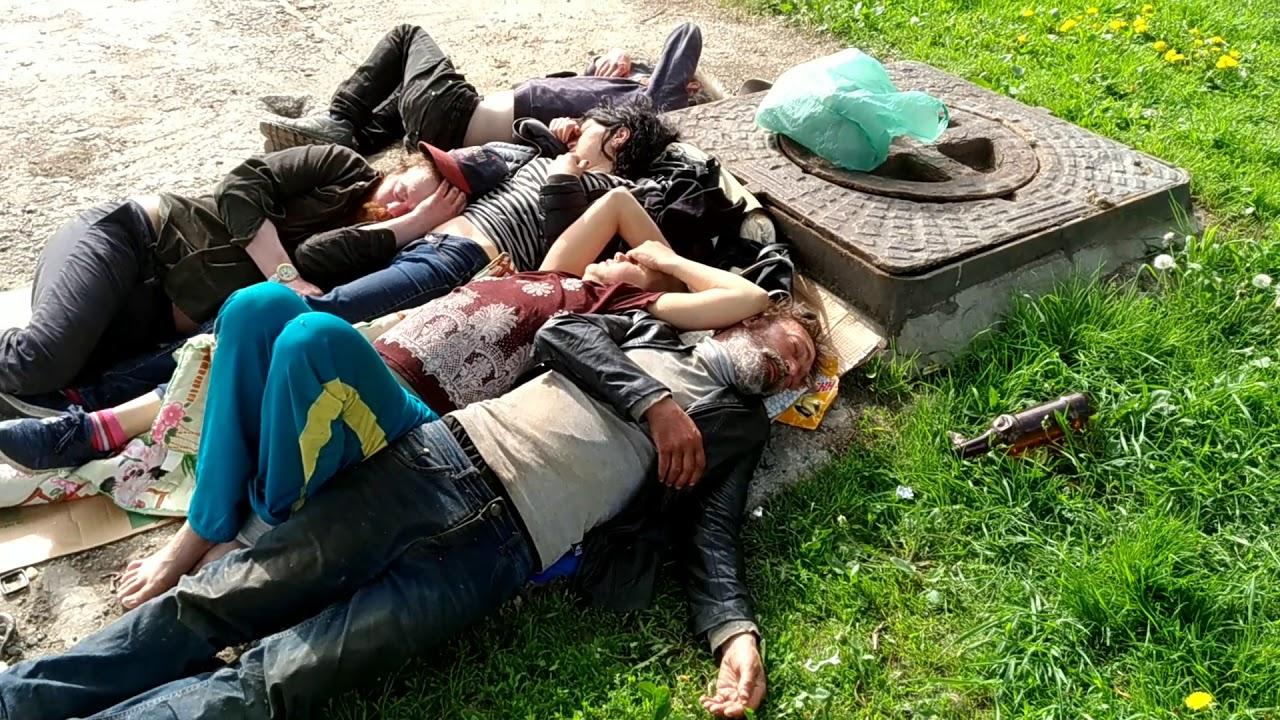 Бомжи отдыхают 2018 05 17 Спб метро Пионерская