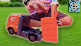 Діти і машинки іграшки, Мілан і Артем будують лабіринт для хом'яків. МанкиТайм