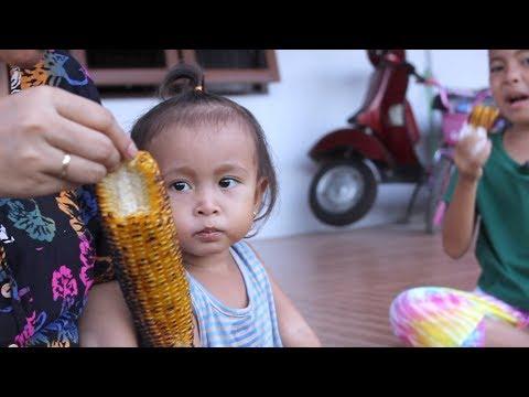 Enak Bakar Jagung Manis Bersama Shinta dan Shanti  - Kids Roasting Sweet Corn