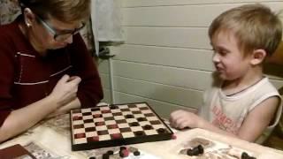 Спарташа (4 года 7 месяцев) играет в шашки