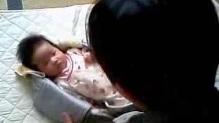 新生児の赤ちゃんをスリングで抱っこ