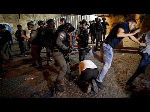 الشرطة الإسرائيلية تعتدي على شاب وهو يصلي بشوارع القدس