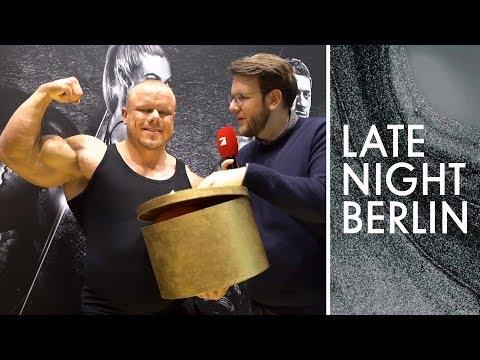 Bodybuilder provozieren auf Fitness-Messe | Freude schenken | FIBO | Late Night Berlin | ProSieben