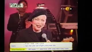 Anita Sarawak menyanyikan lagu Hindi