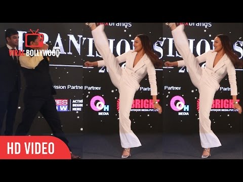 Sonakshi Sinha Crazy Stunt At Brand Vision Summit Awards 2016