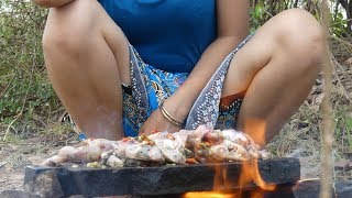 Wild Primitive - Cooking Frogs on a Rock in The Jungle