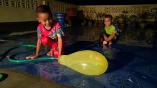 กังฟู กาฟิว เล่นลูกโป่งใส่น้ำ สนุกมากครับ | Kids Playtime