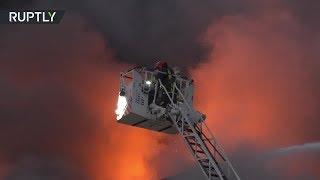 Крупный пожар бушует в торговом центре в Перу