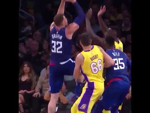 Blake Griffin dunks on Julius Randle - Los Angeles Lakers vs. Los Angeles Clippers - 19/10/2017