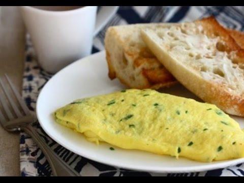 Омлет рулет по французски с сыром и яйцами на сковороде