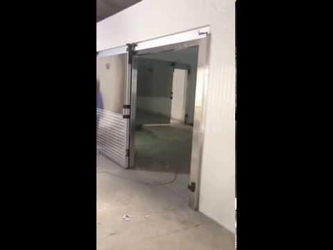 Cuarto frio puerta corrediza youtube for Puertas para cuartos