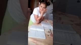 Прикол. Мать делает уроки с дочкой.