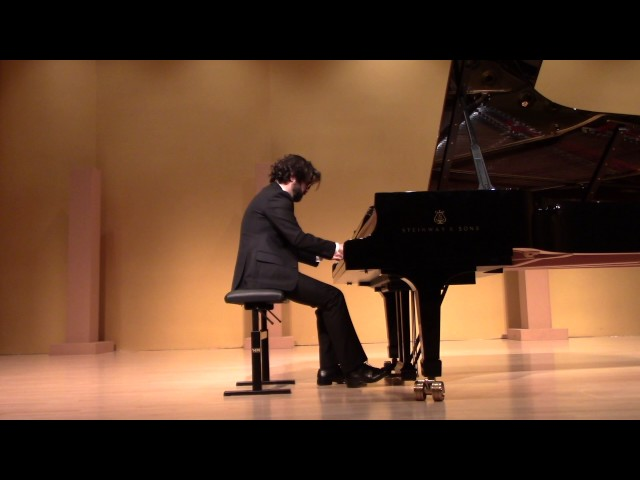 Studio de piano Tristan Lauber: Antoine jouant la valse en do diese mineur de Chopin