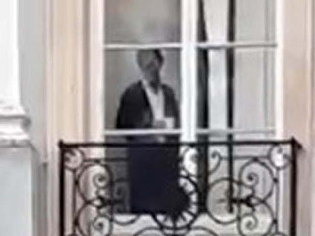 Graban el fantasma de una mujer de la época victoriana en la ventana de una mansión en Inglaterra