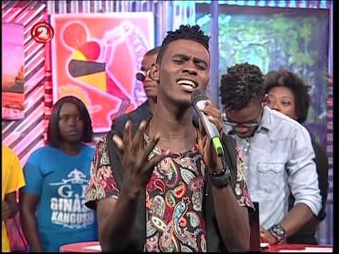 Claudio Fénix  cantando