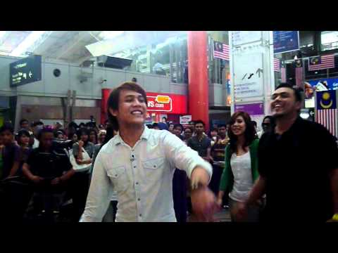 Akim, Nera, Ray & Ira - Lazy Song versi Raya @ Akustika Raya 2011 (Part 5)