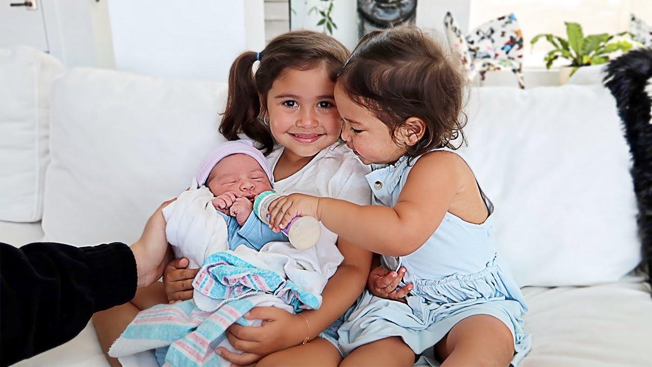 ELLE AND ALAÏA MEET THEIR NEWBORN BROTHER!!! **ADORABLE**