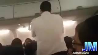 بالفيديو.. طلب غريب من يهودي متشدد على متن طائرة
