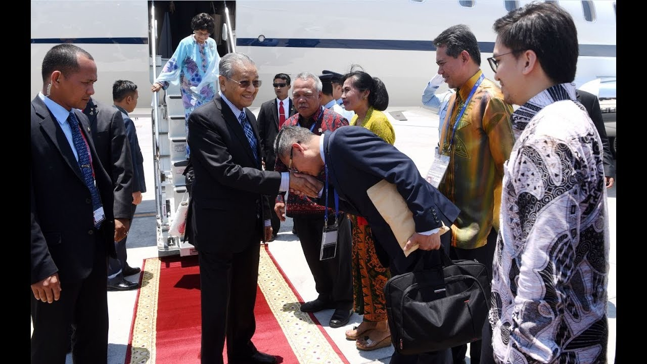 Tun M arrives in Bali for Asean Leaders' Gathering