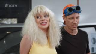 чем занимается блондинка на заднем сидении  На троих  3 сезон  6 серия