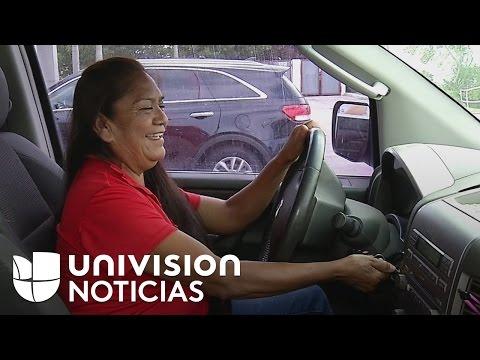 Una mujer mexicana transporta a inmigrantes que no pueden manejar porque no tienen licencia