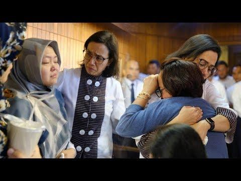 Sri Mulyani Tak Bisa Tahan Tangis hingga Peluk Keluarga Pengawai Kemenkeu Korban Jatuhnya Lion Air