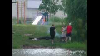 Люди жарят шашлык на мангале. Бабаевский пруд. Москва