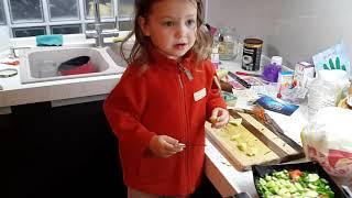 Учи Уроки или Кто поможет маме на кухне? Teach Lessons or Who helped mom in the kitchen?